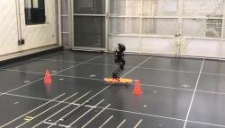 Robot hibrida ini bisa jalan, terbang, dan main skateboard